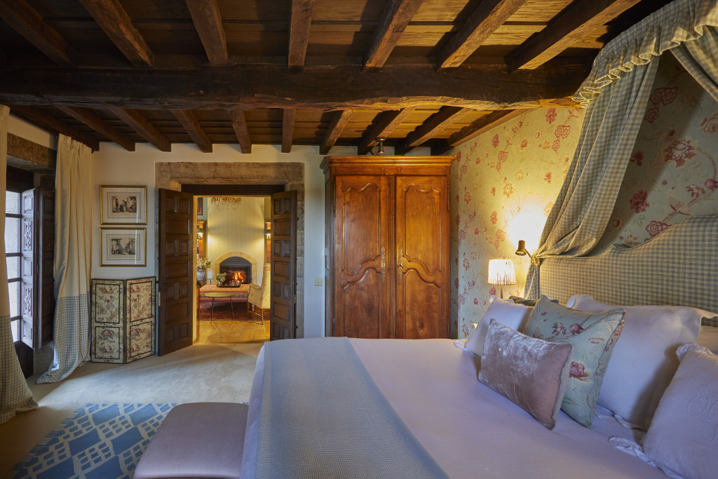 Take over a suite with its own living room, fireplace and a balcony overlooking the gardens.
